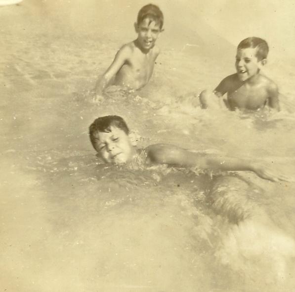 """Foto do arquivo pessoal de Djan Madruga explicada pelo próprio Djan da seguinte forma: """"simulando natação na praia de Copacabana na época do afogamento com 6 anos"""""""