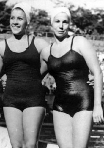 Piedade Coutinho ao lado de nadadora não identificada. Crédito: Arquivo Folha