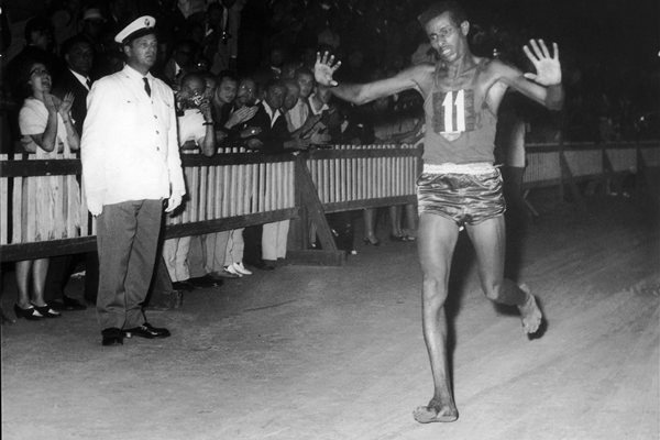 Abebe Bikila, sensação em Roma ao vencer a maratona descalço