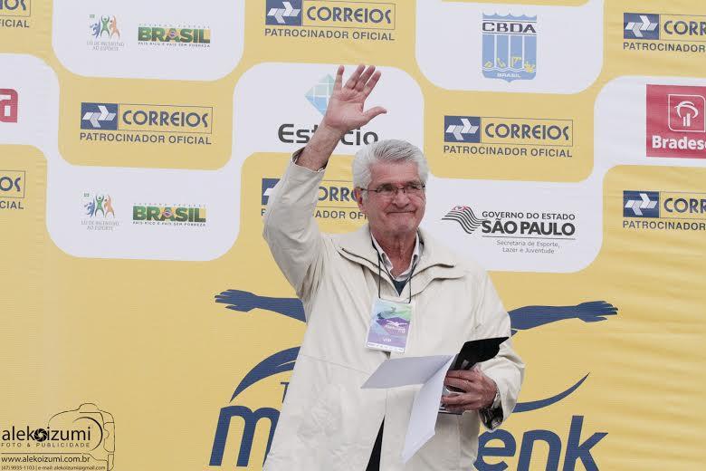 Manoel dos Santos retribui o carinho do público após receber sua homenagem no Troféu Maria Lenk de 2014 - foto de Ale Koizumi