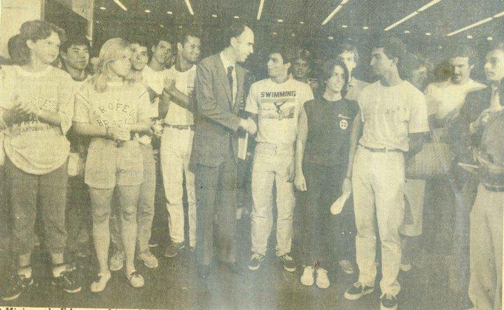 UNN 1985. Todo o peso político do medalhista olímpico na política em tempos de redemocratização do país. Na foto, Jorge está atrás à direita, de bigode.